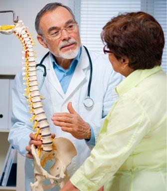 Lekarz objaśniający budowę kręgosłupa pacjentce